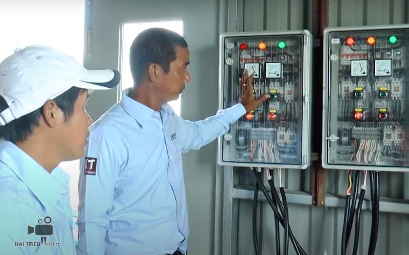 Nhân viên kỹ thuật hướng dẫn cách vận hành hệ thống tưới cây tự động Netafim